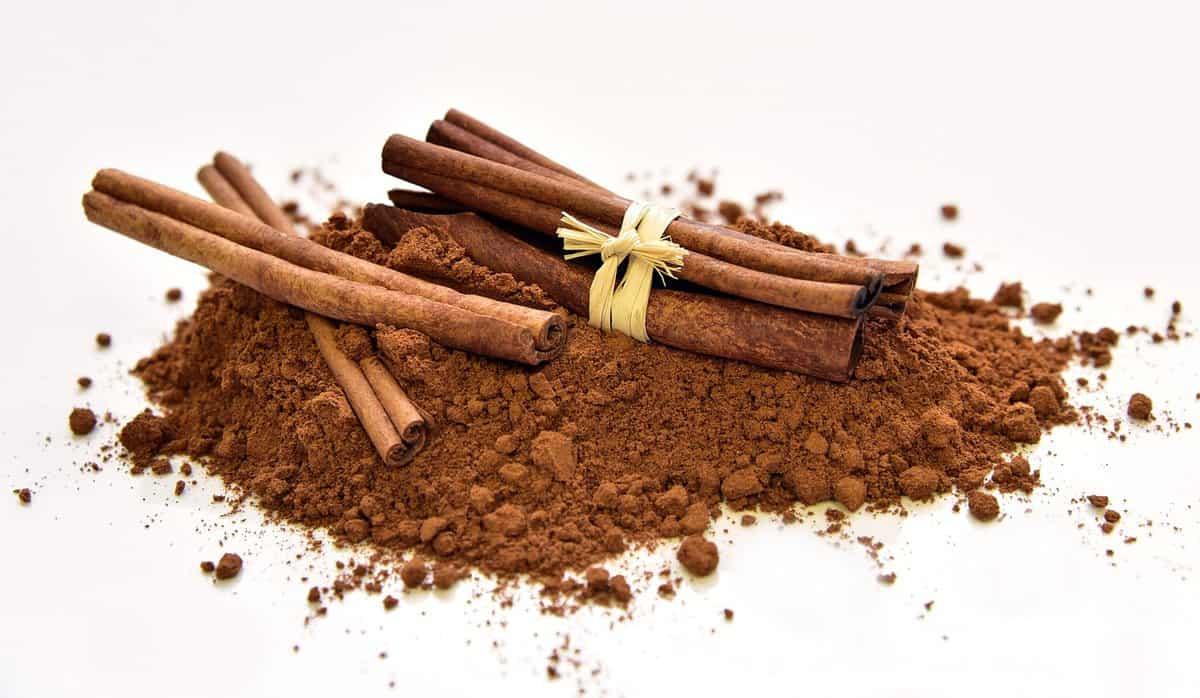 A pile of brown cinnamon and sticks
