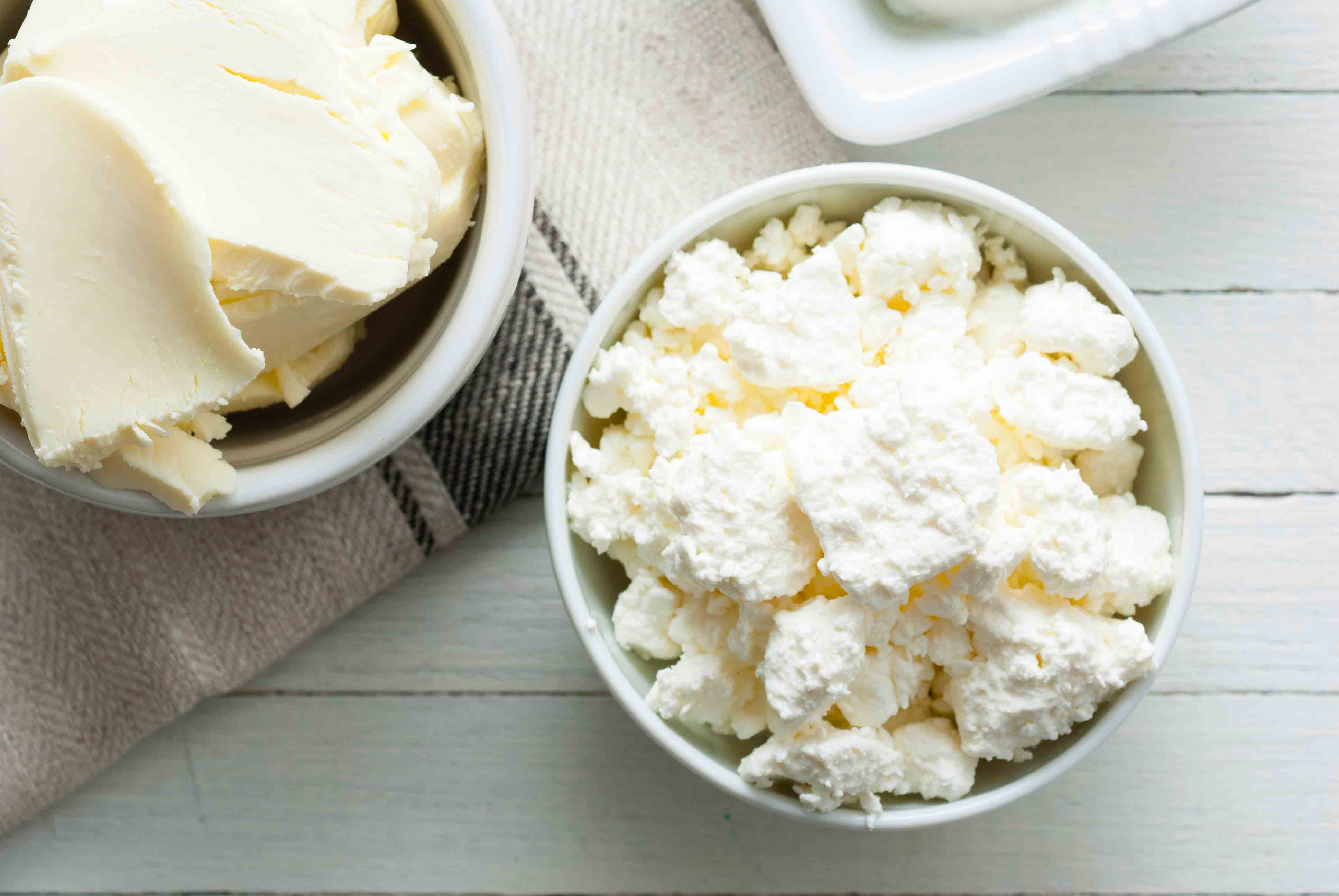 A bowl of white buttermilk cheese