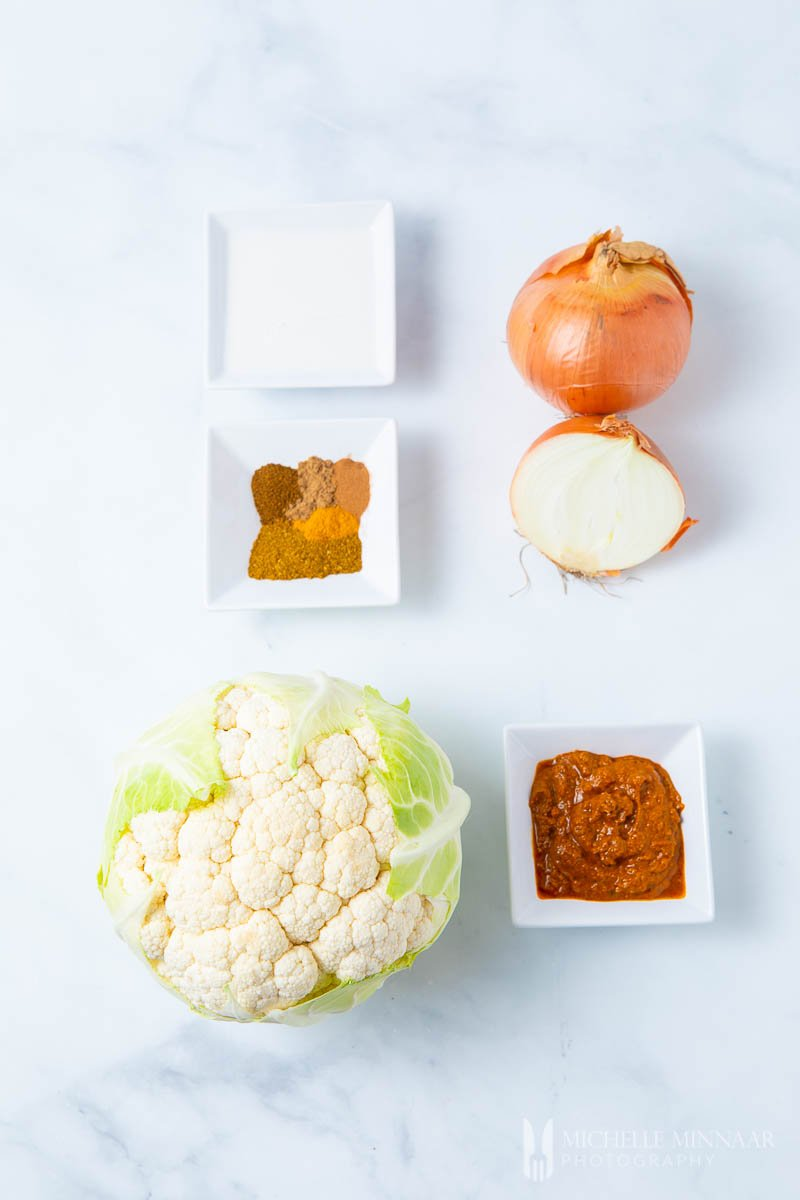 Ingredients to make cauliflower kurma