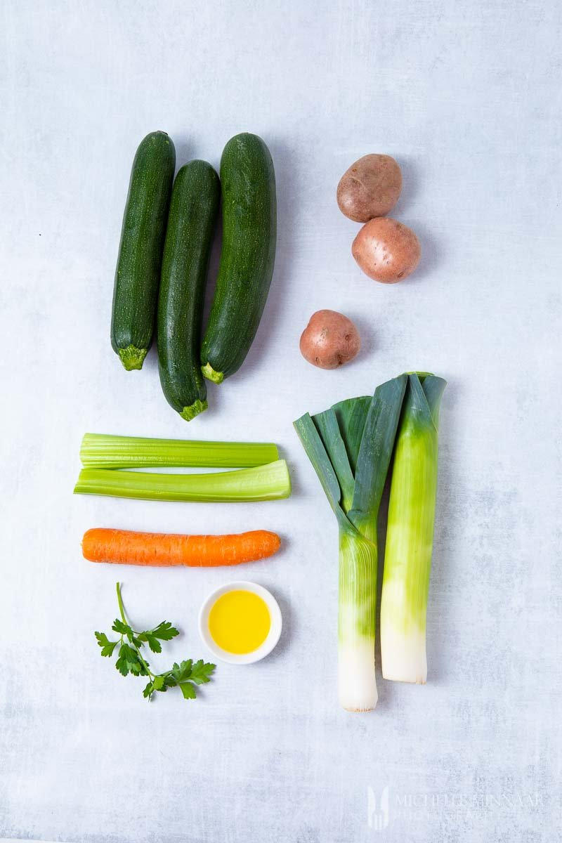 Ingredients to make zucchini and leek soup