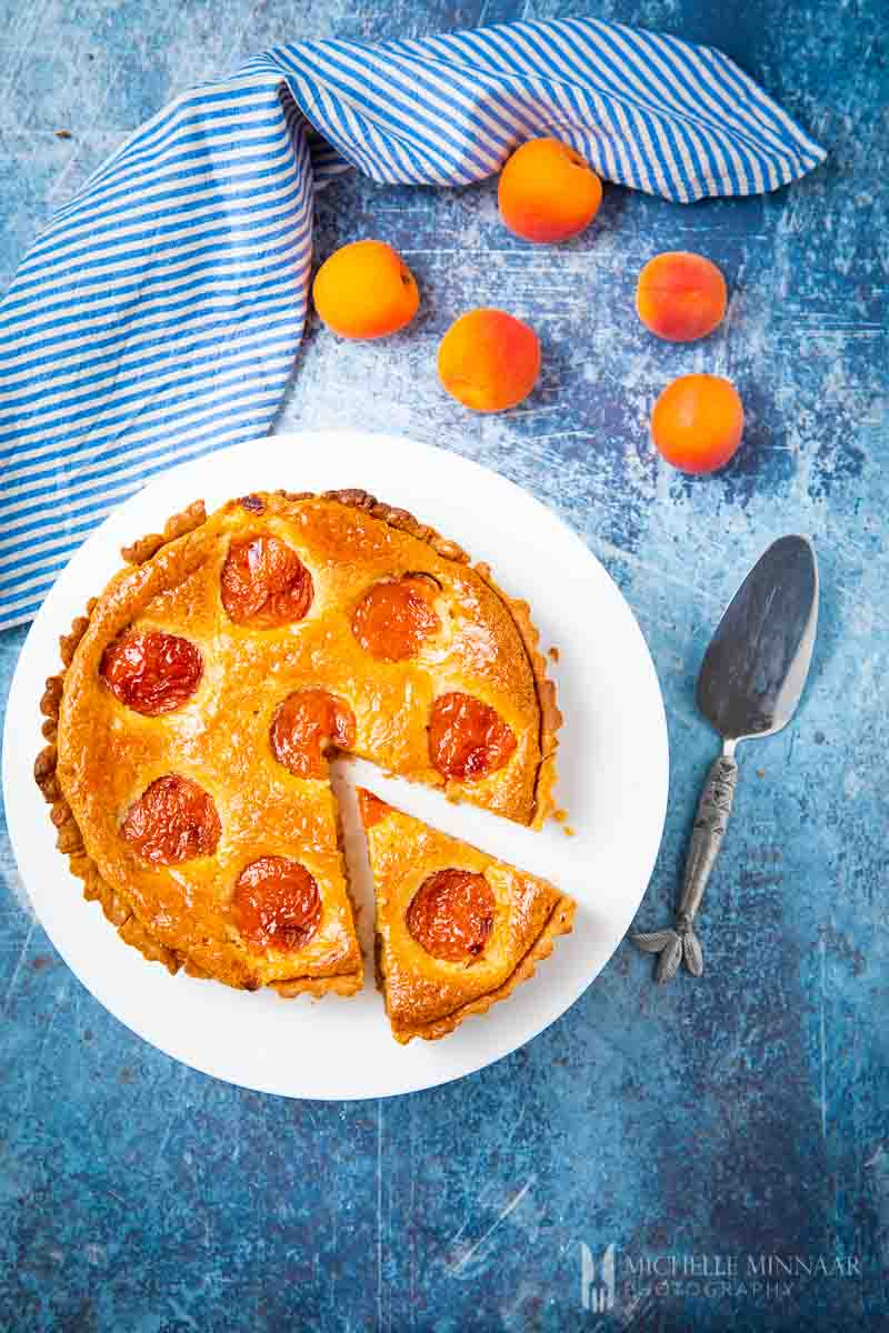 Aerial view of an apricot tart and apricots