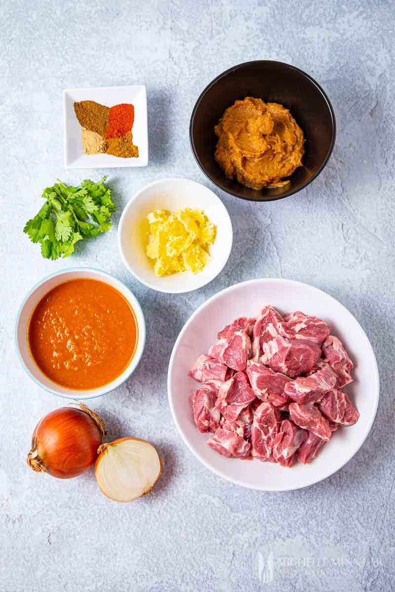 Ingredients to make lamb dopiaza