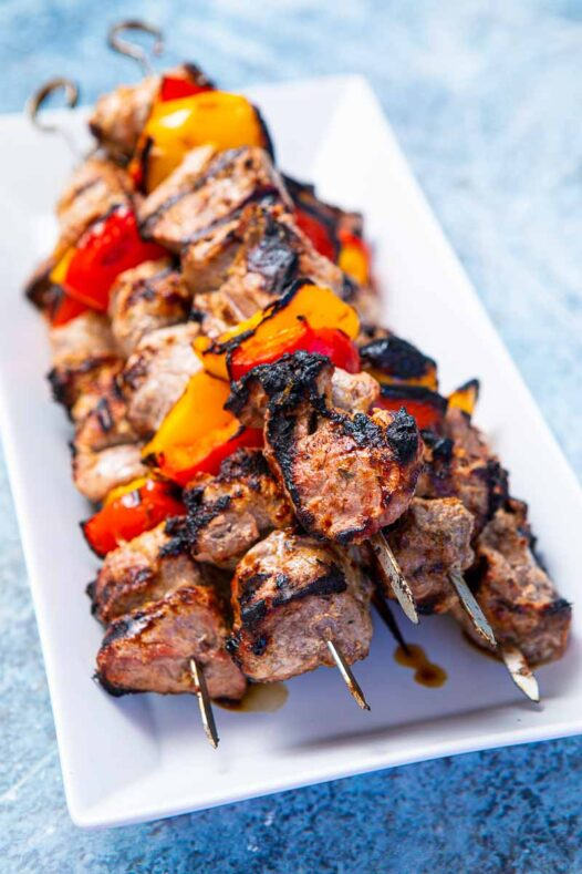 Plate of lamb and peppers on skewers